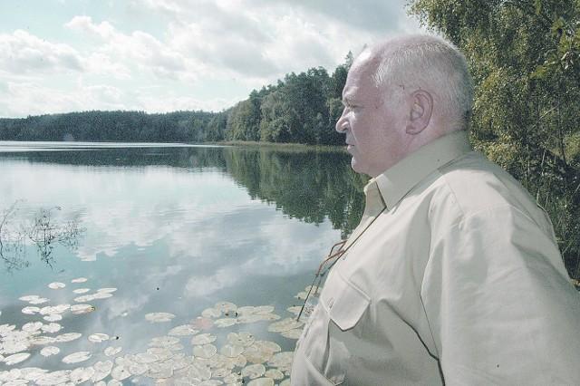 Specjalista służby leśnej ds. ochrony Jan Przybylski nad jednym z jezior. Widoki zapierają dech w piersiach.