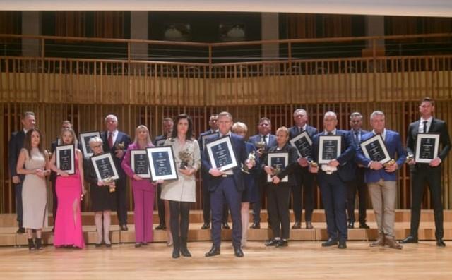 15 przedstawicieli najlepszych firm i instytucji z regionu radomskiego otrzymało tytuły i statuetki Liderów Regionu 2021.