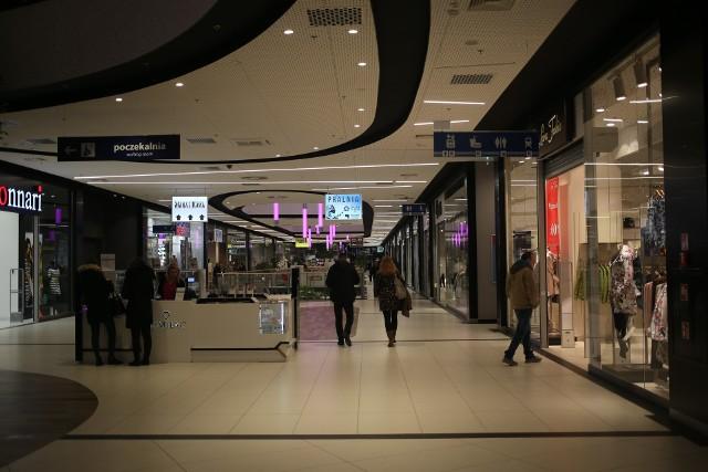 Polacy nadal najchętniej robią zakupy online w poniedziałek, a firmy kurierskie odnotowują nieznacznie większy ruch w poniedziałki następujące po niedzieli z zakazem handlu.