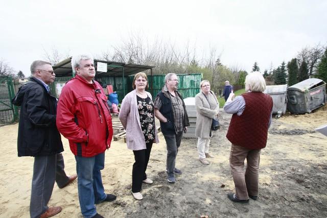 Przy bramie wjazdowej do ogrodu ROD Milenium przy ul. Plantowej 15a w Łodzi od późnej jesieni nie wywożono śmieci. Powodem był wykop przy  bramie, który uniemożliwiał  wjazd śmieciarce. Hałda zniknęła dopiero w tym tygodniu.
