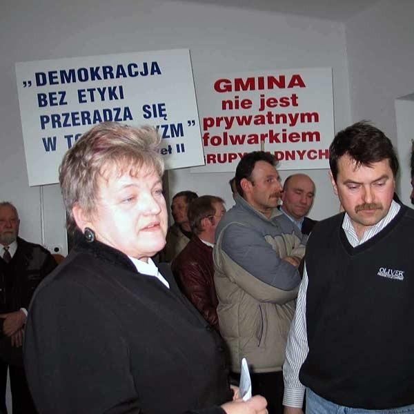 """Halina Romerowicz (z lewej) nie kryła, że czuje się w RG jak """"parszywa owca"""". Dlatego Wacław Daszyk (z prawej), zagroził, że protestujący nie opuszczą sali, dopóki radni nie przestaną lekceważyć dwójki opozycjonistów."""