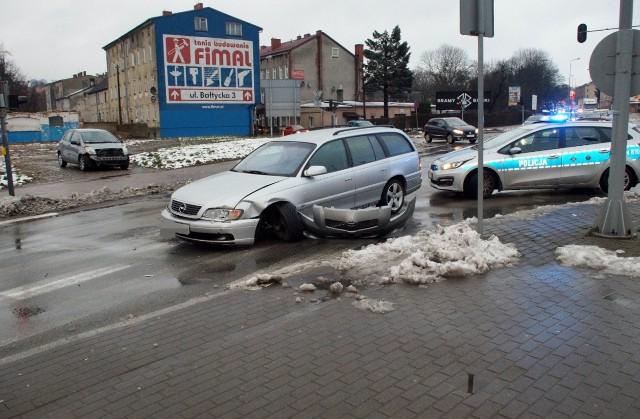 W środę (29 stycznia) doszło do kolizji dwóch samochodów osobowych na skrzyżowaniu ulic Wiejskiej i Garncarskiej w Słupsku.  Ze wstępnych ustaleń policji wynikało, że to kierujący toyotą wjechał na skrzyżowanie na czerwonym świetle. Kierowcy poruszający się  tą częścią miasta musieli liczyć się z dużymi utrudnieniami.