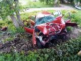 Niedźwiedzkie. Pijany kierowca spowodował wypadek. Rozbił renault na drzewie. Trzy osoby w szpitalu [ZDJĘCIA]