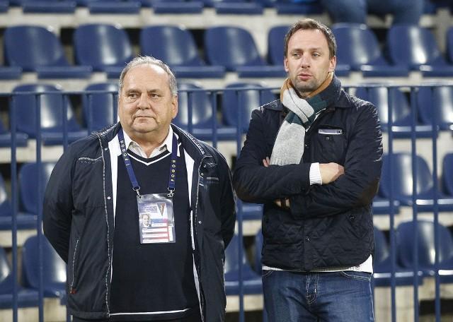 Jarosław Mroczek (z lewej) w ostrych słowach o nowym stadionie.