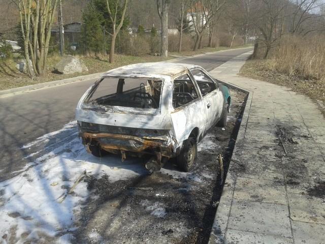 O płonącym przy ulicy Kościerskiej w Gdańsku Oliwie samochodzie, funkcjonariusze Komendy Miejskiej Policji otrzymali zgłoszenie w niedzielę po godzinie 22.00. Mimo czynności prowadzonych na miejscu przez Straż Pożarną, auto spłonęło doszczętnie
