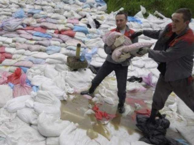 Podczas ubiegłorocznej powodzi na wale na Metalchemie ułożono tysiące worków z piaskiem, aby powstrzymać wodę.