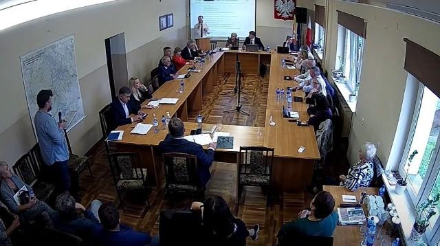 Emil Gawin (u dołu ekranu z mikrofonem) zabrał głos podczas sesji Rady Gminy.
