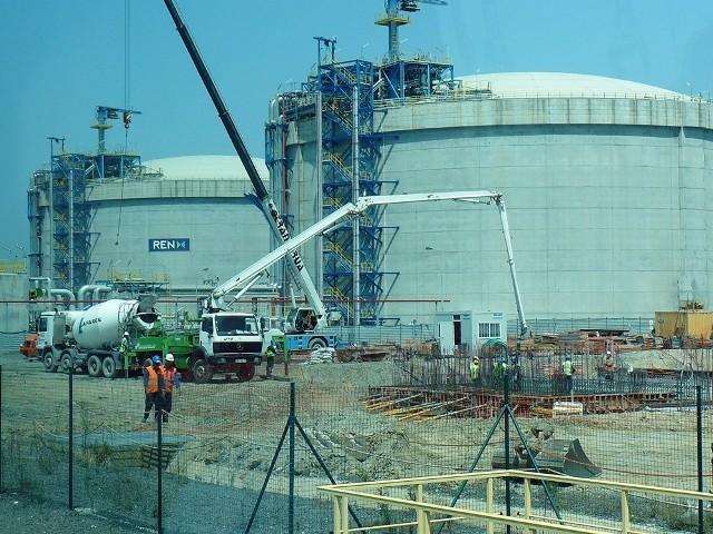Tak wyglądają zbiorniki ze skroplonym gazem w terminalu w portugalskim Sines. na razie są dwa, ale budowany jest trzeci.Od drogi szybkiego ruchu oddziela je jedynie płot.