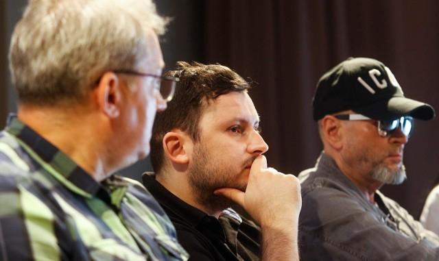 W poszukiwania bandyty, który pobił Michała, włączył się detektyw Krzysztof Rutkowski. Zdjęcie z konferencji prasowej.