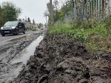 Remont Osobowickiej. Piesi grzęzną w błocie, auta ryją podwoziem o tymczasową nawierzchnię (ZDJĘCIA)