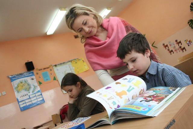 14 października przypada Dzień Edukacji Narodowej, czyli święto wszystkich nauczycieli. Od dawna walczą oni o wyższe zarobki, ponieważ ich zdaniem pensje są zbyt niskie w stosunku do wykształcenia i wykonywanej pracy. Więcej o wynagrodzeniach nauczycieli - zobacz Ogólnopolskie Badanie Wynagrodzeń TUTAJJak podaje portal wynagrodzenia.pl, na wysokość zarobków nauczyciela ma wpływ stopień awansu zawodowego, a także wykształcenie i przygotowanie pedagogiczne. Program 300 plus - jak otrzymać wsparcie finansowe?