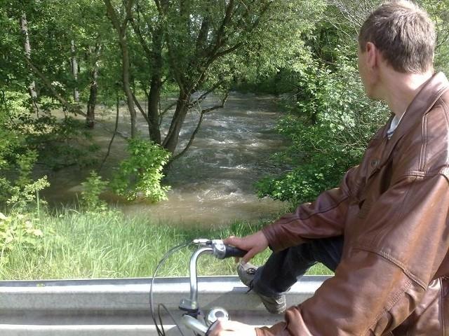 W Przyborowie przez niewielki przepust woda pedzi z wielką silą. To jedno ze slabych miejsc.