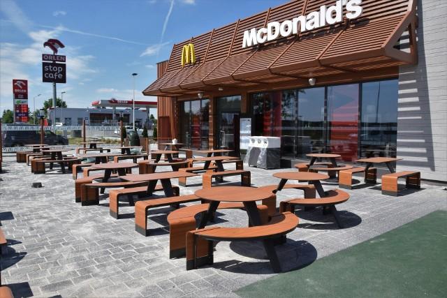 Restauracja McDonald's w Łączynie koło Jędrzejowa na chwilę przed otwarciem.