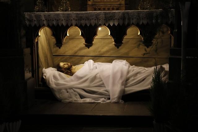 Obejrzyjmy galerie Grobów Pańskich i Ciemnic, jakie powstały na Święta Zmartwychwstania Pańskiego w kościołach w Tczewie.