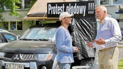 Wczoraj, w 10. dniu głodówki, Janusza Kowalika wspierał Janusz Korwin-Mikke, lider Nowej Prawicy Fot. Anna Kaczmarz