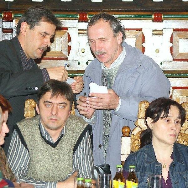 Ignacy Galiński zaprosił burmistrza Finstera  do siebie, by posłuchał hałasów z pobliskiego  zakładu