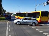 Wypadek na moście Millenijnym. Renault ze złamanym kołem