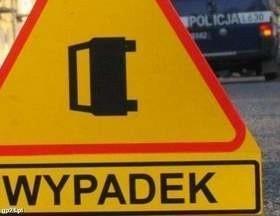 Śmiertelny wypadek w Żelkowie. BMW rozbiło się na drzewie.