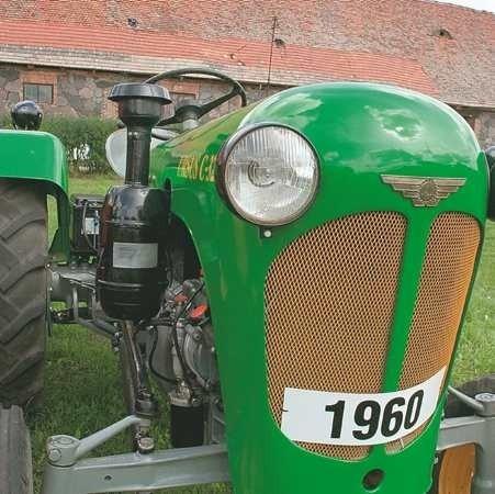 Każda z odrestaurowanych maszyn ma oryginalne części, a elementy karoserii są precyzyjnie polakierowane. Traktory nie tylko wyglądają pięknie, ale też wszystkie są na chodzie.