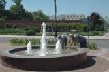 Głogowianie szukają chłodu w miejskich fontannach