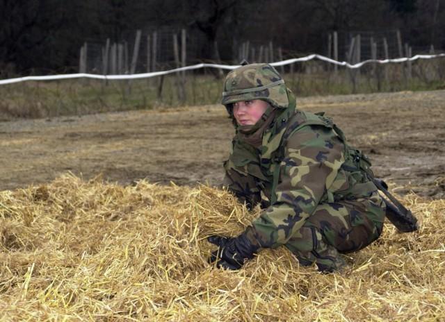 """Kobieta w mundurze na stanowisku dowódczym w armii amerykańskiej nikogo nie dziwi. Na zdjęciu: Nicola W. Sallmon, kanonier 27 dywizjonu artylerii polowej V Korpusu Armii Stanów Zjednoczonych podczas ćwiczeń """"Victory Strike"""" na poligonie drawskim."""