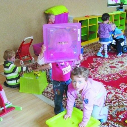 W Przedszkolu nr 14 w Łomży chętnych było tyle, że utworzono dodatkowe oddziały. Dzieci spoza miasta znalazły się liście rezerwowej. Dla nich dyrektorka przedszkola Grażyna Kowalewska tworzy punkty przedszkolne w ich wioskach.
