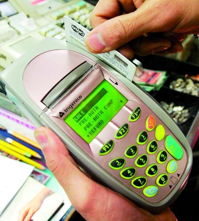Karta płatnicza to bardzo wygodne rozwiązanie. Byłoby jeszcze lepiej, gdyby banki lepiej traktowały swoich klientów.