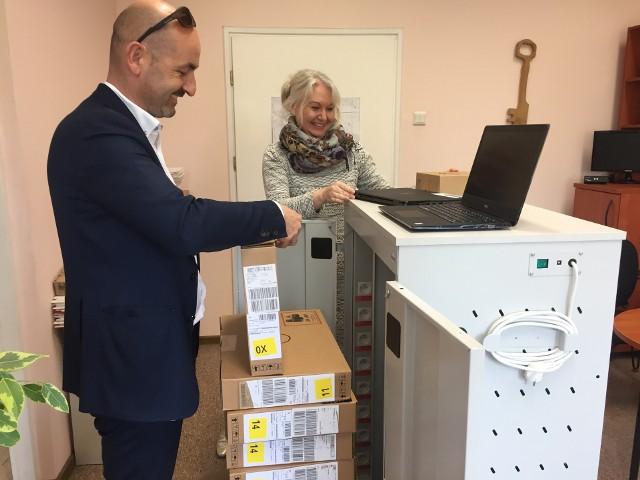 Burmistrz Robert Wardziński prezentuje sprzęt komputerowy, który w ramach pracowni multimedialnej otrzymała szkoła podstawowa w Choroszczy
