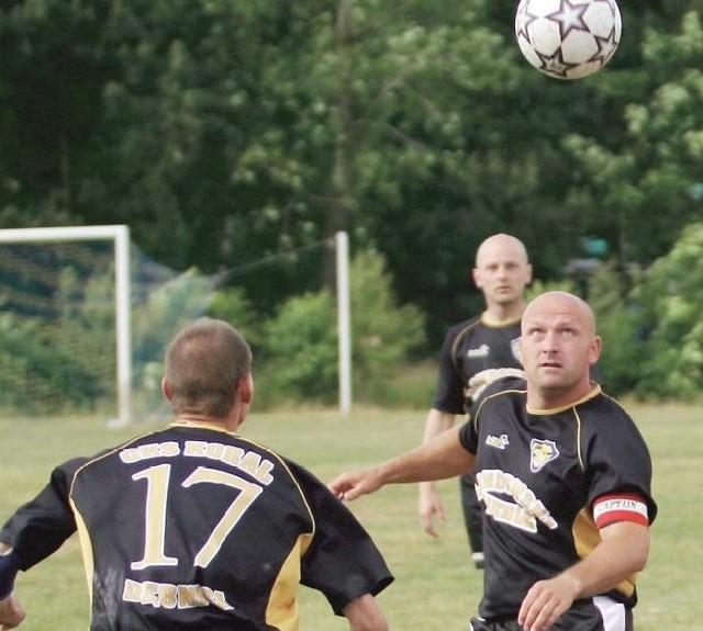 Piłkarze z Korala (przodem Grzegorz Dowksza) po szczęśliwych dniach, gdy awansowali do IV ligi, teraz płacą w tej klasie frycowe.