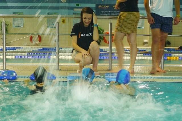 Dzięki dofinansowaniu z urzędu miejskiego i zaangażowaniu licealistów dwudziestu czterech uczniów szkół podstawowych nauczy się pływać