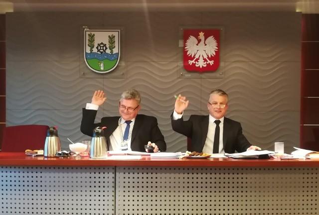 Przewodniczący Rady Gminy Wręczyca Wielka - Marek Prubant głosuje za przyjęciem uchwały w sprawie wyodrębnienia funduszu sołeckiego