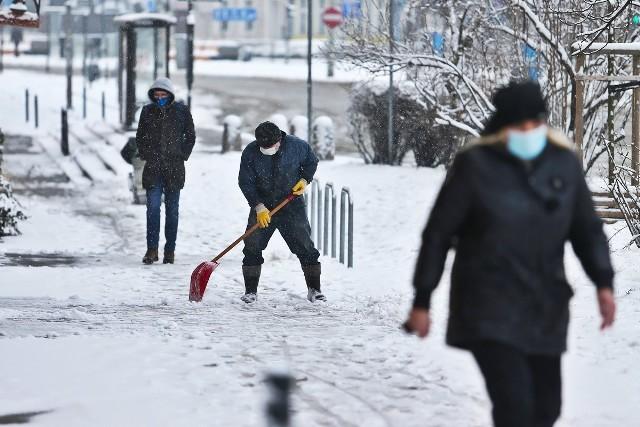 Opady śniegu we Wrocławiu i w okolicy ustały, ale na ulicach stolicy Dolnego Śląska nadal panują bardzo złe warunki jazdy