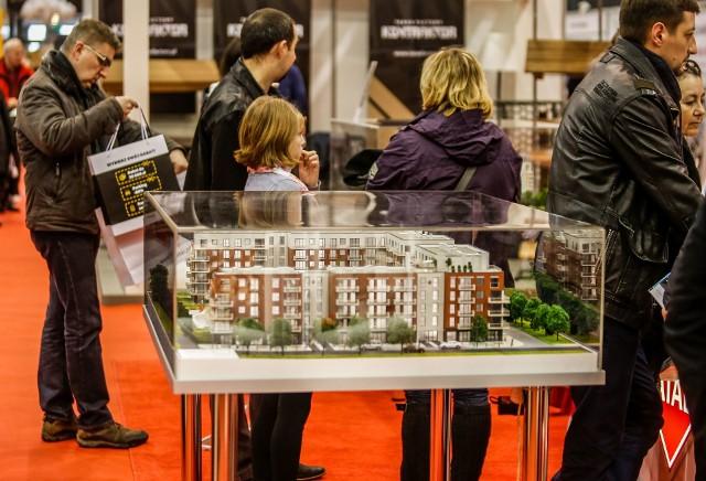Niewielu Polaków może pozwolić sobie na zakup mieszkania w całości za własne pieniądze. Wybierają te z kredytem hipotecznym, najlepiej z dopłatą państwa