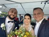 Prezydent Andrzej Duda z kwiatami na weselu we Wrzawach. Nikt się tego nie spodziewał! [WIDEO]