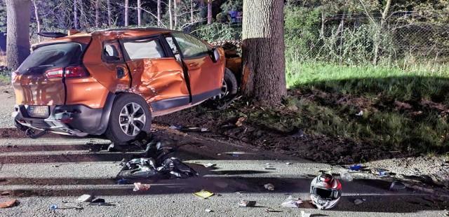 - Do wypadku doszło w terenie zabudowanym. Jeep jechał z prędkością około 70 km/h - mówi Krzysztof Felicki, szef Prokuratury Rejonowej w Zgierzu, która prowadzi śledztwo w tej sprawie.- Jednoślady prawdopodobnie poruszały się o 10, 20 km/h szybciej...Śledczy przypuszczają, że kobieta siedząca za kierownicą jeepa zwyczajnie nie upewniła się, że ma wolny pas podczas manewru wyprzedzania. Najpierw wyprzedziła jeden pojazd i chwilę później rozpoczęła wyprzedzanie kolejnego. Wtedy doszło do zderzenia z dwoma motocyklami. Kierowcy jednośladów zginęli na miejscu, pasażerka - kilka godzin później w szpitalu. Czytaj więcej na następnej stronie