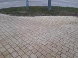 W Sandomierzu chodniki w centrum miasta posypano solą. Mieszkańcy oburzeni [ZDJĘCIA]