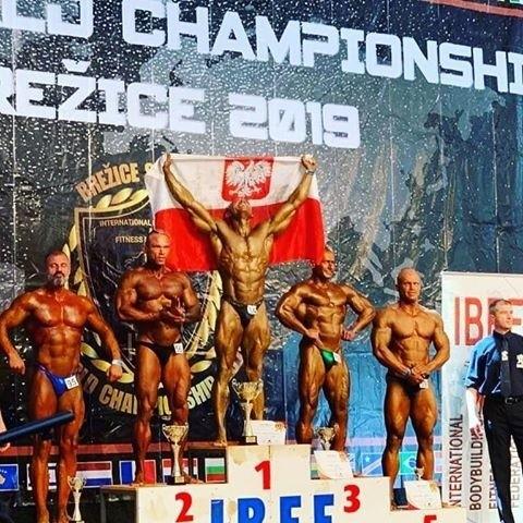 Mistrzostwo świata kat. masters, 3. miejsce na mistrzostwach świata pro dywizji IBFF, mistrzostwo świata overall - Arkadiusz Demidowicz ma powody do zadowolenia po zawodach kulturystyki i fitness w Słowenii. 40-latek po ubiegłorocznym wywalczeniu tytułu mistrza Europy (i jeszcze wcześniejszym wicemistrzostwie świata) w kulturystyce teraz przebił tamte osiągnięcie.W rozmowie z Głosem Demidowicz mówił wówczas: - Kulturystyka to eksponowanie ciała, które buduje się, tworzy podczas katorżniczego treningu i reżimowej diety. Ale dieta to nie jest nieustanne zagładzanie się, wręcz przeciwnie, jedzenie nawet większych ilości, jednak zdrowo. I to, w połączeniu oczywiście z odpowiednim treningiem spowoduje, że zaczniemy wyglądać lepiej - podkreślił popularny Arni.Od tamtego czasu koszaliński zawodnik nie zwolnił tempa, wręcz przeciwnie. Październik 2019 to najlepszy miesiąc w jego dotychczasowej karierze. Podczas różnych startów w kulturystyce i fitness zdobył 13 złotych i 2 brązowe medale.Zwieńczeniem tej passy były z pewnością zwycięstwa podczas mistrzostw świata w słoweńskich Brezicach. Tym samym otrzymał tzw. kartę PRO, dzięki której będzie mógł brać udział w kolejnych zawodach kulturystycznych najwyższej rangi przeznaczonych dla zawodowców, co wcześniej było dla koszalińskiego kulturysty poza zasięgiem. Demidowicz na co dzień jest trenerem personalnym w klubie Arni Sport's Gym w Koszalinie.Zobacz także:  Magazyn sportowy gk24 28.10.2019