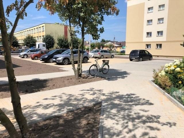 Między blokami przy ulicy Żeromskiego w Białobrzegach są już nowe miejsca parkingowe i chodniki.