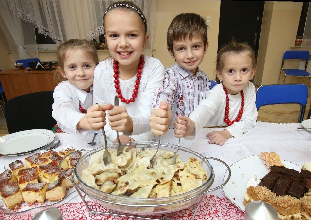 (Od lewej) Antosia, Amelka, Bartek i Julcia uwielbiają pierogi przygotowane przez gospodynie z koła w Występach. Dziewczynki są także najmłodszymi członkiniami grupy.