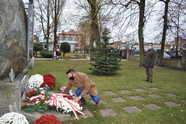 W przededniu Narodowego Święta Niepodległości delegacje starostwa złożyły kwiaty przy miejscach pamięci na terenie powiatu białobrzeskiego.