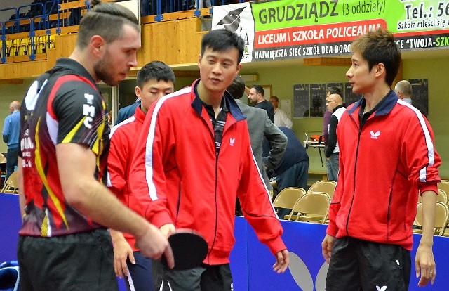 Bartosz Such (od lewej), Wang Yang i Kaii Yoshida -  ten skład z Ligi Mistrzów Olimpii/Unii wygrał derby z Energą Manekinem Toruń 3:1.