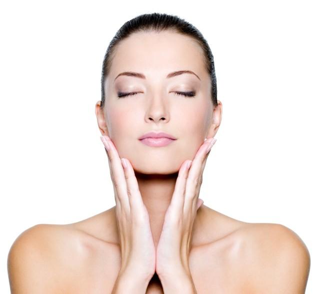 Zabiegi poprawiają napięcie i strukturę skóry. Dzięki temu poprawia się też na przykład owal twarzy.