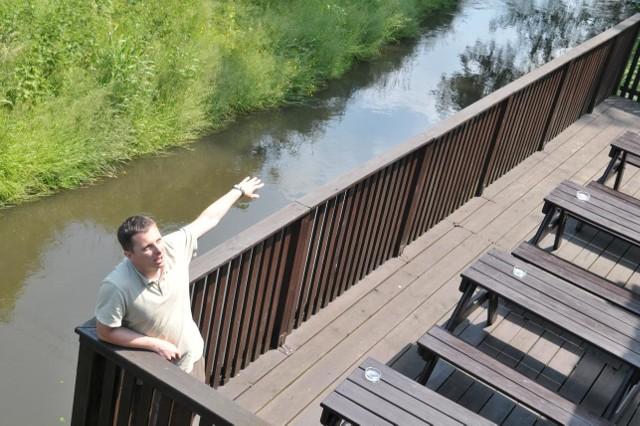 - Jeśli pomysł z nowym szlakiem Gniłą Obrą wypali, to chętnie będziemy przyjmowali tutaj turystów - deklaruje Marcin Małycha w kawiarence swojej mamy nad wodą