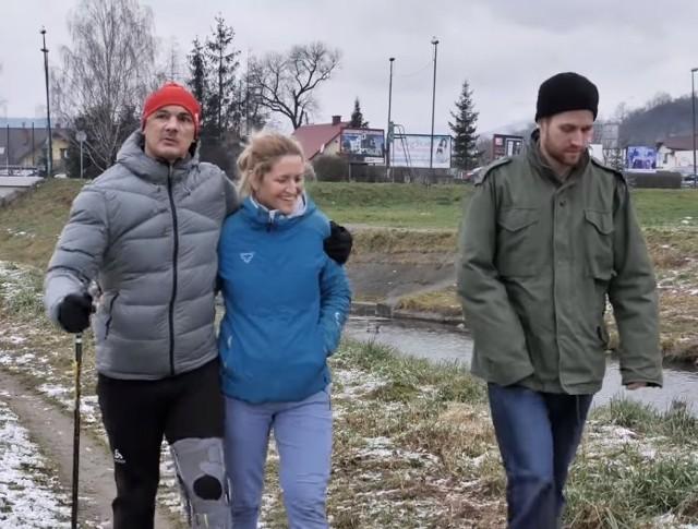 Tomasz Brzeski (pierwszy z lewej) stawia już kroki. U jego boku dzielnie trwa żona Agnieszka, która wspiera go w rehabilitacji