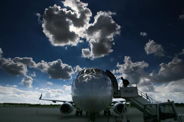 - Możemy więc bezpiecznie kontynuować stopniowe znoszenie zakazów lotów – tłumaczy wiceminister infrastruktury.