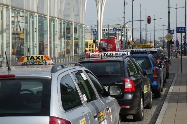 Z powodu zamknięcia szkół, gastronomii, kin i in. taksówkarzom gwałtownie ubyło klientów - nie zarabiają.