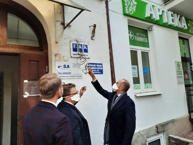 W kwietniu przed siedzibą spółki E&K w Lublinie pojawili się posłowie Dariusz Joński, Michał Szczerba i Michał Krawczyk z Koalicji Obywatelskiej. Okoliczności zakupu respiratorów do polskich szpitali nazwali największa aferą ostatnich 30 lat