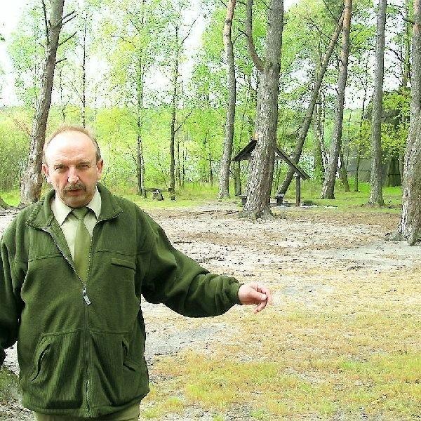 Ryszard Zambrzycki z Lutówka broni jeziora  Juchacz przed biwakowiczami