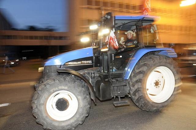 Manifestację zorganizował komitet protestacyjny, który zawiązał się w marcu, gdy rolnicy z regionu kujawsko-pomorskiego przez 13 dni okupowali salę konferencyjną urzędu wojewódzkiego. Domagali się wówczas udzielenia przez państwo pomocy rolnikom, których uprawy wymarzły.