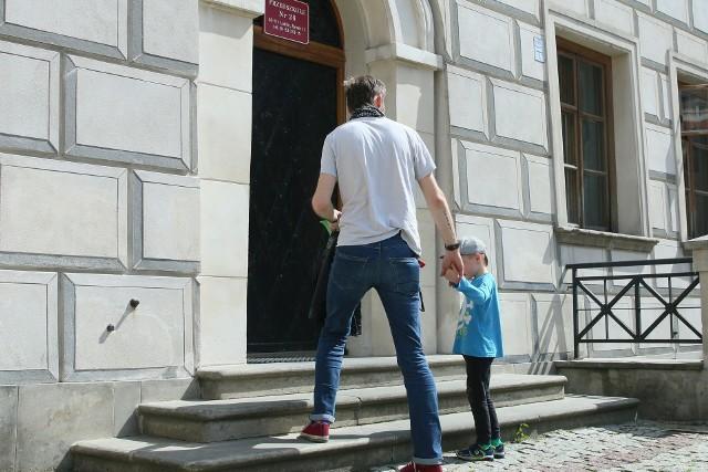 Pan Marcin zaprowadził w poniedziałek do przedszkola na Starym Mieście swojego pięcioletniego synka